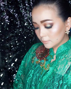 💚 #SemakinTuaSemakinBahagia 🏝🥂 Love that hashtag 😊🍀🙏 In #anneavantie #anneavantiekebaya 💚🍀 #javanese #wedding #makeup #hairdo #makeuppost #makeupartist #lauramerciermy #tomfordbeauty #chanel #makeupparty #patmcgrath #patmcgrathlabs #patmcgrathlipstick #woman #green #kebaya #batik #inlove #celebratinglife #celebratinglifeandlove #clozette #clozetteid
