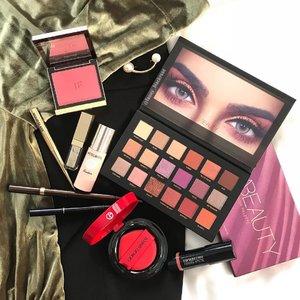 My colours combination of the day 🎄🎄🎄🎄🎄 #holidaymood while #working #grateful #hongkong #hongkongstyle #armani #armanibeauty #stila #glitter #festive #hudabeauty #tomford #tomfordblush #tomfordaddict #hourglasscosmetics #cledepeau #makeup #makeuppost #clozette #clozetteid #luxurybeauty #makeuppost #makeup #mylookbook #dior