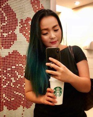 Shameless bathroom selfie 🌴🖤 when my hair match #starbucks #cup 🖤🌴🥂 #hair  #hairpost  #hairtalk  #selfie #iphonex #iphonexphotography #greenhair #greenhairdontcare #mermadians #mermaidhair #hairlife #mermaidlife #pulpriot #hairtalk #clozette #clozetteid