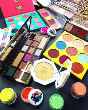 Thinking of colours 🌈 . . . #concreteminerals #juviasplace #fentybeauty #sugarpill #natashadenona #shuuemura #hourglass #hourglasscosmetics #colourmecolourful #mermaidians #mermaid #mermaidmakeup #rainbow #beautylover #beauty #beautygram #beautyaddict #bblog #beautyblogger #makeuppost #makeup #makeupflatlay #makeupporn #clozette #clozetteid #toofaced