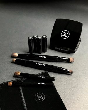 I 🖤✨ these beauties from @chanelofficial .  #SundayFunday I appreciate eye #makeupbrushes with cap for sure.  Most of the time I do my #makeup #onthego and it just make my life easier. 😊 #finest #makeuptalk #makeuppost #chanel #chanelbeauty #blackbeauty #clozette #clozetteid #wakeupandmakeup #bblog #beautylover #beautyblogger #beautyvlogger #ilovemakeup #makeupcollector #beautiful #luxurybeauty