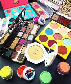 Colours make me happy 😃  Have a Fab Friday Beauties ♥️✨ . . . #colourmecolourful #happy #colours #colors #makeup #makeupspread #makeupflatlay #makeuppost #makeuptalk #makeupaddict #makeuplover #makeupaddict #makeuplife #concreteminerals #juviasplace #fentybeauty #gold #highlighter #glowgetter #toofaced #natashadenona #shuuemura #beautygram #clozette #clozetteid