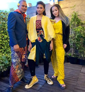 Always happy working with my friend @embrannawawi Especially for good cause @earthhoursurabaya Styling and Promoting more about #ZeroWaste #fashion from @aryaniwidagdo With great host @bwpapiliohotel •••#saveourearth🌍 #saveaourearth #earthhour #earthhour2019 #earthhoursurabaya #bwpapiliohotel #makeupartist #clozette #clozetteid #makeuplover #makeupaddict #beautygram #beautyhost #beautyinfluencer #airbrushmakeupartist #airbrushmakeup #beautyaddict #wakeupandmakeup #fashionlover #beautyblogger