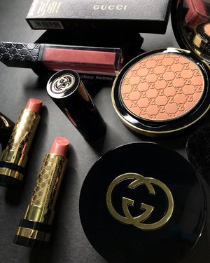 Good Morning 🖤✨ Counting down hours to New Year.  Cleaning up my #makeuproom #makeupvanity amd collect all the #makeupbrushes to bath 🛀  Gonna be productive day today... 💖✨ My little #GucciMakeup collection is shinning ✨✨✨ Some more, before I put everything in the new shelves ✨✨✨ #wakeupandmakeup #guccibeauty #lipstick #powder #bronzer #luxurybeauty #clozette #clozetteid #black #gold #luxury #makeupcollectore #beautyblogger #makeupjunkie #beautyvlogger #ilovemakeup #makeupartist #lipgloss #nudelipstick #obsession