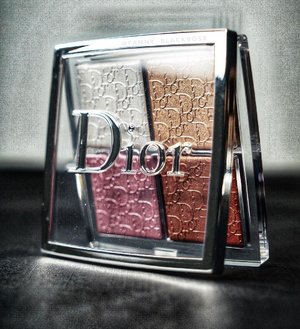Finally got a chance to see and swatch the beautiful #DiorBackstage #GlowfacePalette 😊💕 And I am happy this is part of their pro and permanent line 👌 . . . #dior #diorvalley #diorbeauty #diorbeaute #diorbackstage #makeup #makeuppost #wakeupandmakeup #luxurybeauty #makeupcollector #makeupjunkie #glowgetter #highlighter #embossing #embossingpowder #shimmer #blush #clozette #clozetteid #beautygram #beautyblog #makeuptalk #bblog