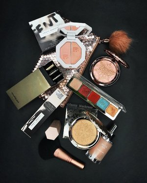 Never easy to choose which one is going with me 🧐🧐🧐😜#makeuppost #makeup #wakeupandmakeup #ilovemakeup #natashadenona #fentybeauty #hourglasscosmetics #maccosmetics #dior #luxurybeauty #snowball #holiday #limitededition #highlighter #bblog #bblogger #clozette #clozetteid #beautyvlogger #beautyblogger #beautylover #beautylook #makeuptalk #makeuplookbook