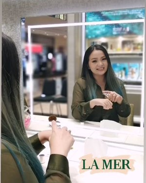 You should feel beautiful and you should feel safe. What you surround yourself with should bring you peace of mind and peace of spirit ~ me, surrounding by #makeup and #skincare 😊😊😊 ° ° ° ° ° #skincarelover #lovelamer #lamer #lamerid #lamerinfluencer #skincareaddict #skincaretalk #skincarejunkie #bblog #beautyinfluencer #beautylover #makeupartist #beautyblogger #mirror #beautyevent #green #clozette #clozetteid #clozetteambassador