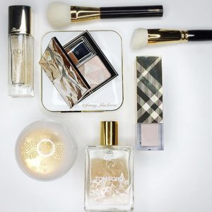 My #gold #white #winter #holiday #festive #flatlay of the day... my fave season all the time. It's not fall here,but it's raining season ☔️ when others feel bad on the gloomy day, I feel inspired and full energy to do stuffs 😊#makeup #makeuppost #luxurymakeup #idontplaniplay #bringluxurytoeverydaylife #guerlain #cledepeau #tomford #hakuhodo #burberry #glittery #sparkling #makeupmafia #clozette #clozetteid
