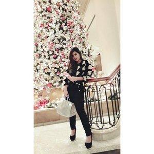 There's always something magical about christmas tree isnt it #smitten 🎄 #lastnight #ootd #ootdindo #lookbookindo #lookbookindonesia #fashionstyleindo #blackandwhite #monochrome #vscocam #vsco #vscodaily #style #fashionstyleindo #clozetteid