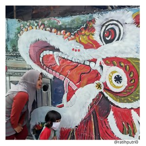 """🏘KAMPUNG BEKELIR🏘Warga Tangerang pasti tau dan ga asing sama lokasi dimana foto ini diambil. Kampung yang hits dan apik dengan warna warninya. Jreng jreng """"Kampung Bekelir"""" (nada doraemon ngomong kantong ajaib)Berlokasi di lingkungan RW 01, Kelurahan Babakan, Kota Tangerang. Sebelum cantik, kampung bekelir ternyata merupakan salah satu kawasan kumuh yang berada di Tangerang. Banyak masyarakat membuang sampah tidak pada tempatnya, yang membuat kampung ini kumuh sebelumnya.Pembuatan Kampung Bekelir merupakan inisiatif dari masyarakat sendiri dengan didukung oleh para seniman dan budayawan. Tujuan pembuatan Kampung Bekelir yaitu mengubah pola hidup masyarakat yang kumuh, dengan konsep yang cantik. Lokasi fotonya instagramable banget, sayangnya aku fotonya cuma bagian pinggir jalan karena pas kebetulan lewat.Yang terpenting dari kampung bekelir ini aku belajar bahwa sesuatu yang buruk tidak ada selalu buruk. Semua bisa menjadi baik jika kita mengubahnya dari diri sendiri. Misalnya dengan tidak membuang sampah sembarangan. Semua harus selalu dijaga dan konsisten kebaikannya. Yuk kita jaga lingkungan mulai dari diri sendiri! Dan Jangan lupa bahagia ya 😉#KampungBekelir#KampungBerkelir#TangerangHits#RatihJalanJalan#clozetteid"""