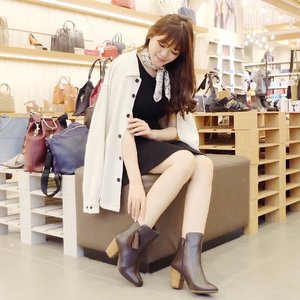 Can't realized we have been so close to the end of the year. Who's excited for festive season, sale & shopping spree just like me? 🙋🏻🛍✨ To be honest, I kinda like the chilly day nowadays because it's means my cape / oversized coat can be off from the closet & also it's time to redeem all my wishlist~ | boots from @hushpuppiesid 👢............#clozetteid #wolipopxclozetteid #selfportrait #beauty #ulzzang #ootd #wiwt #winterootd #ootdindo #beautyblogger #fashionblogger #styleblogger #beautyenthusiast #makeupjunkie #hushpuppiesid #bestoftheday #beautyinfluencer #l4l #likesforlikes #photooftheday #makeup #fashion #asiangirl #instastyle #beautyjunkie #얼짱 #일상 #데일리룩 #셀스타그램 #셀카