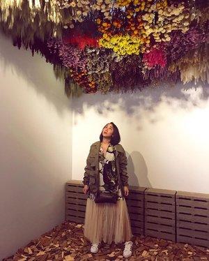 Flowers on the top of my head.  Loving the vibe.  #mojamuseum #flowerpower #artinstallation #clozetteid