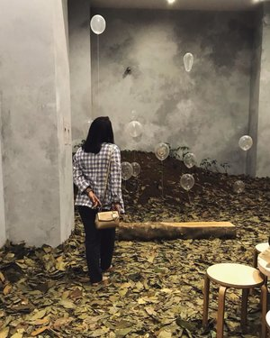 All the things you find in this room it is either made or pieces from rubber plantation (Pohon Karet) - except for the ballons (duh)this room smells like tea.#museummacan #clozetteid #pohonkaret