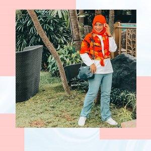 Outfit Nuansa Bali VibesHai, Sahabat Abel udah sore aja nih, sore begini lagi pada sibuk apa nih kalian?Hari ini Abel lagi WFH nih, dan karena udah jam 4 sore jam kantor udah usai, tadi sempet scrolling-scrolling Instagram, lihat beberapa temen ada yang upload Throwback saat mereka ke pantai sampai cek Instagramnya mentorku kak @karinabasrewan yang kemarin baru aja liburan ke Bali.Dan setelah scrolling instagram jadi pengen upload outfit Abel dengan nuansa ala Bali Vibes kaya gini nih 😃😁, Abel tambahin aksen jepitan bunga melati di hijab, biar berasa gitu lagi di Bali 😆😁😃Oh ya di postingan ini Abel share 2 foto dengan outift yang sama, tapi dengan look yang berbeda, yang satu look lagi berdiri dan yang satu lagi duduk santai di bawah pohon ⛱️Menurut kalian look outfit Abel di foto ini gimana? Boleh banget kasih masukan atau kasih Ide untuk mix and match outfit nuansa Bali vibes berikutnya💕Share di kolom komentar di bawah 👇ini ya Sobat 🤗.....===========================@ATVCreative.asia@jakartamodelsacademy@guess@MacCosmeticsid@Tabloidbintang@KarinaBasrewan@ayparla#ANAKKOMPLEKTV#ATVCreativeAsia#ATVBeautyIcon#JMAfromhome#MACCosmeticsID#JakartaModelsAcademy#clozettestar #ClozetteID #Clozetteambassador #ootdbali===========================