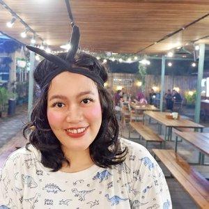 Hola amigos! This makeup look inspired by my dinosaurs tshirt. A lil bit touch of freshness🌴, natural makeup, and twist at headpiece. . Suasana alami didapatkan juga dari lokasi yaitu @organiccenterpku 😁 semoga kalian suka 💕 Btw yang nanya kaosnya beli di mana, itu souvenir dari Dino Park, Batu, Jawa Timur.. Yokss maen ke sana rek! . . . . . @pkubeautyblogger #pkubeautyblogger #beautybloggerpku #makeupindonesia #makeuppku #makeuppekanbaru #makeupriau #infopku #infopekanbaru #pekanbaru #riau #makeupchallenge #motd #sporty #sportylook #fresh #bandana #dinosaurus #freshmakeup #naturallook #kaosmalang #clozetteid