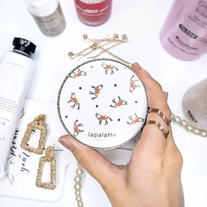 What's your favorite cushion? So, I was looking for high coverage cushion when I discover Lapalette silky tension cover pact SPF 50+/PA+++. Can we just take a moment to appreaciate the packaging?🎠🎠 Enrich with silk protein, sunflower oil, echium oil, coral water, amino acids, etc to hydrate the skin. 〰️ ➕luxurious design ➕less thick than average case, sturdy ➕light enough to carry around  ➕standard size puff, water drop shape made of neoprene fabric (softer than average puff) ➕the puff doesn't absorb too much product ➕high coverage, cover up blemishes, redness, pimples. buildable, you don't need concealer anymore!😱 ➕Moisturizing formula, dries down to velvet finish ➕Excellent oil control  ➕can be worn with or without powder ➕there's whitecast at first but it dries down with oxidation ➕brightening effect ➕longevity up to 6hrs  ➖Only available in two shades: 21 Light beige (pink tone) and 23 medium beige (yellow tone). Mine is 21, I'm around NW15-20 in mac ➖accentuate skin texture and pores ➖tend to look cakey because of the high coverage ➖look patchy in some part of face as it wears down ➖refill is not available 〰️ I highly praise the puff and coverage, but this is not something I'd go for daily. The formula is moisturizing enough but doesn't make me oily throughout the day. After 8 hours, it began to dissapear on blemishes, but the rest is good.   I'd be nice if only the shades were more diverse. I  recommend it if you're looking for high coverage cushion, it'll be perfect for travelling since you don't need to bring a lot of products. 〰️ 🛒You can buy SILK TENSION COVER PACT at my Charis shop https://hicharis.net/kamu_skincare/FuU (link in bio)  ⬇️BAHASA INDONESIA⬇️ #CHARIS #LAPALETTE #LAPALETTECOVERPACT #LAPALETTECUSHION #CUSHION #ORIGINALWHITEHORSE #CHARISSTORE #charisAPP @hicharis_official @charis_celeb  #makeupcommunity #makeupaddicts #beautycommunity #makeupjunkies #makeup #beautyproducts #beautyroutine #skincareblogger #makeupreview #beautybloggerindonesia #cl