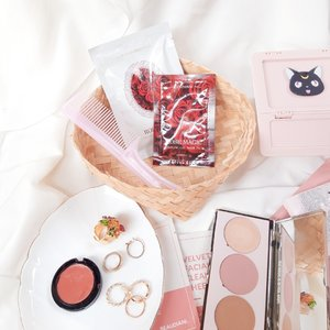 �:������� ���� ����� �������� ��� ���� ����🌷🌹This modeling mask pack is basically sheet mask that you build yourself.The U:Lindsay Rose Magic Modeling Pack is a gel-type pack that is used after mixing liquids and powders that are full of high-moisturizing nutrients.It says that rose extract with moisturizing nutrients helps to brightening and moisturize the skin. It contains rose extract, licorice, root extract, niacinamide, cica, and peptides..How to use:Put gel into container and put powder. Mix the gel and powder well. Apply the mixed pack to the face using mask brush. Its a lil bit hard and messy to apply, but im enjoy it. I wait like about 30 minutes until the mask was fully dry. then came the fun part, peeling it off 😂.I feel cooling effect after I apply this mask. The scent is like rose and neroli mist (I have reviewed it before). Not too strong. I noticed that it gives moisture and firming effect. I enjoyed using this mask in my mid day time. Rubber mask like this usually available at facial spa and treatment, so I really feel lucky to try this at home.Thank you @madforcos @frmadcosHave you tried modeling mask pack like this? ✨..#clozetteid #soconetwork