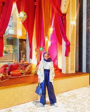 Semuanya lagi demam @disneyaladdin ..Mulai dari pernak pernik #aladdin bikin suasana kaya di middle east, sampai cara berpakain putri #jasmine. Bahkan ini saat gue berkunjung ke gedung @satu_indonesia ada juga satu space mirip mirip kaya #aladdin2019 ya ga tahan-lah daku untuk berfoto ria. Hahaha#10thSatuIndonesiaAwards2019#KitaSatuIndonesia#clozetteid #clozette #FashionFreedom #fashionblogger #blogger #style #hijabfashion #hijabdaily #hope #life #photogram #fashionoftheday #OOTD #HOOTD #fashion #hijabmodesty #bloggerstyle #hijabindo #photooftheday