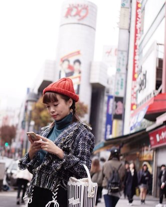 Can we go back soon 🎌 Before I would wonder why people keep going back to the same place but after going there Myself, I can't help but fall for it over and over again. So many bucketlist to check but something about 🇯🇵 is calling me to be back 😅 // Pure #candid shot when I was looking for direction on my Google Map by Dad 📸 P.s. almost 70% of my outfit pictures are mostly shot by him 😉😎 #blessed . . . . #wanderlust #style #whatiwore #clozetteid #japan #tokyo #fashion #whatiwore #autumn #shibuya109 #sonyforher