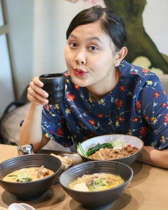 Selamat makan siang!Ini foto kemarin aku nyobain makan di @chinmayaramen.green Gading Serpong. Walaupun namanya Japanese Ramen Restaurant 🍜 tapi gak cuma jual ramen aja. Ada nasi maupun salad. Aku nyoba beberapa makanan yang nanti detailnya kushare lagi ya 😍#liakulineran #ramen #ramenhalal #ramenhalaltangerang #japaneseramen #clozetteid