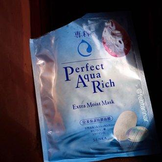 - Quick Review Senka Sheet Mask ( @senkaindonesia) -▸ Varian : Perfect Aqua Rich Extra Moist Mask▸ Harga : 30.000Kaget pas liat essencenya yang lumayan banyak, bikin jiwa yang punya kulit kering kaya aku jadi sumbringah.Pas awal wanginya agak ganggu, tapi pas lama-lama kelamaan jadi ga kerasa aromanya. Aku pake sampai mau kering (tapi gk kering bgt), itu pun kalau aku peres masih ada essence-nya. Setelah pake asli parah banget ngelembapinnya, mo nangis, jadi enak banget kulitnya, super recommended!#SenkaIndonesia #SuppinSkin #SenkaRoadshow #SenkaRoadshowBandung #BeautifulBareSkin #febtarinarbeauty101 #SocoNetwork #clozetteid