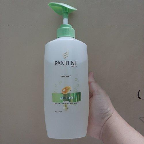 Shampo anti lepek dari Pantene. Biasanya 1 harian udah lepek kali ini bisa bertahan lebih dari3 hari. Rambut terasa ringan segar .Hanya dikepalaku sepertinya tidak cocok karena menyebabkan dikepalaku gatal tanpa sebab #shampoo
