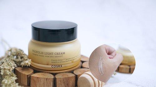 Cosrx Propolis Light Cream . Ini merupakan produk terbaru dari Cosrx yang mengandung Royal jelly. . Ini sangat cocok digunakan untuk kulit kering. Aku sudah hampir sebulan lebih menggunakan ini, hasilnya bikin kulit lebih lembab ❤️