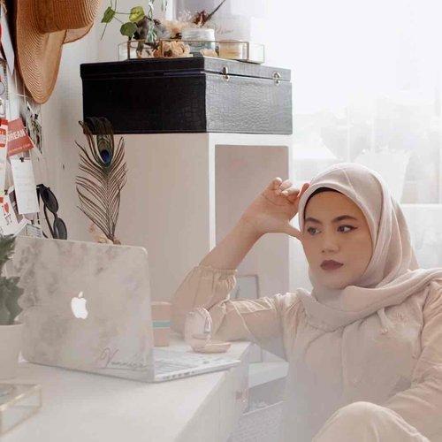 Hari ke 2 Acara 25Tahun @wardahbeauty menemani para wanita Indonesia ini seru banget loh mentemen. Aku mantengin dari siang sampai sesi terakhir di jam 7malam loh mentemen.  Sesi favoritku adalah Woman Empower Woman bersama @dewisandra dan @susancarland Brand Ambassador Unicef, yang membicarakan tentang pengalaman hidup Susan bagaimana dia bisa menjadi mualaf, dan bagaimana reaction keluarga, temannya, dan bagaimana kehidupan dia sebagai muslimah di australia ? Dan juga bagaimana kita para wanita seharusnya menyikapi tentang kesetaraan gender ?  Naah ini nanti akan aku akan bahas lengkap di blogku #vannysarizdotcom ditunggu yah mentemen 😘