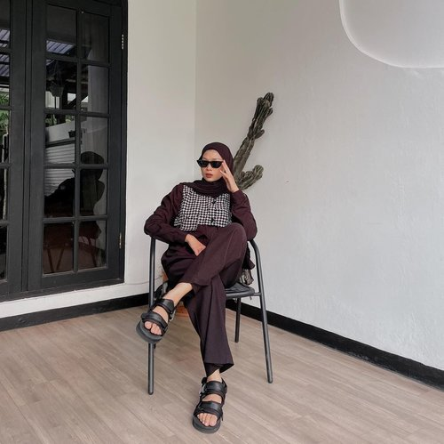 #Repost from Clozette Crew @astrityas.  Happy weekend guys🖤 👞by @v.ncio  -  #ootd #clozetteid #ootdindo #outfitinspiration #hijablook #hijaboutfit #hijabstyle #hijabfashion #hijabfashionstyle #ootdhijabinspiration #fashiontips #fashioninspiration