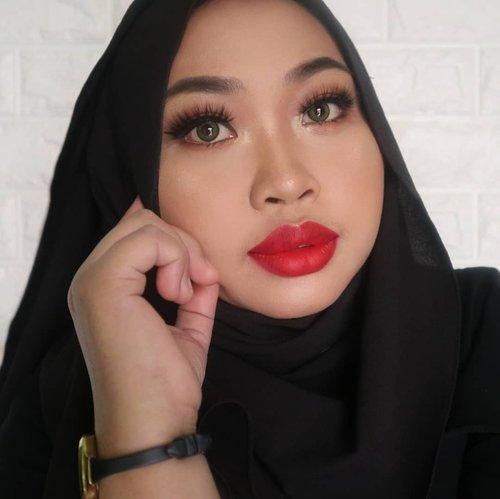 """My Signature Makeup look """" . Pakai apapun warna lisptick yang membuatmu nyaman, salah satu warna lisptick yang membuatku nyaman akhir-akhir ini adalah @getthelookid L'oreal Rouge Signature shade 115 I Am Worth It , Bold Colors yang bukan hanya menampilkan sisi wanita yang kuat, tapi juga seksi. Masih ragu dengan Lipstick merah? Coba lah sekali-kali menyulap penampilanmu dengan lipstick merah,dan coba lihat hasilnya.. ❤️"""