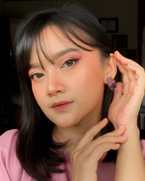 Makeup Look buat ngedate ( virtual ) pake @makeoverid  Walau jauh di mata tetap glowing di hati 🥰  Detail produk : • Makeover Hydrastay Lite Glow Cushion - W33 Honey Beige  • Makeover Powerstay Eye Palette - Royal Rose • Makeover Brow Styler Eye Definer - Americano • Makeover Hyper Black Liner Superstay Liner • Makeover Lash Impulse Waterproof Mascara • Makeover Blush On 03 Promicious Peach • Makeover Powerstay Transferproof Matte Lip Cream - B07 Amplify • Makeover Powerstay Fix & Matte Makeup Setting Spray  #glowfromhome #powerstay #makeovernewbae #justlashup #hyperblack #makeoverpowerlook #staygorgeous #makeover #clozette #clozetteid #makeup #makeuplooks #beauty #influencer #style #fashion #lifestyle #blogger #beautyblogger #makeupenthusiast #hyeri #photooftheday #instagood #photography #selflove #relationship #ldr #couple #virtual #virtualdating