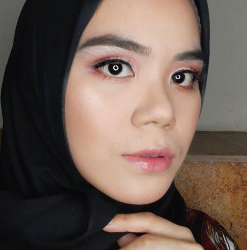 Inspirasi makeup look untuk lebaran nanti, kalian bisa pakai nuansa pink dan tambahan lip gloss dibagian bibir untuk tampilan lebih fresh.