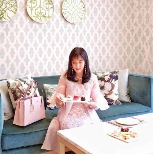 Throwback to the invitation by @peacockloungejkt at @fairmontjakarta Love their service ❤❤❤Their cakes are also nice 😍Especially their lounge, ootd sot everywhere 😍#teaparty #cakelove #fairmont #afternoontea