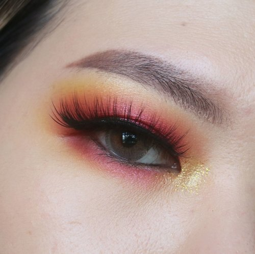 #Repost from Clozetter @liamelqha.  Ngelemesin tangan oke, tapi seketika lupa gimana miringin kepala buat foto #eotd saking lamanya ga bikin #eyemakeup. End up mau tidur leher dipakein balsem. hahaha. (makanya rajin-rajin bikin konten biar ga kayak kanebo kering lehernya)  Eye makeup terbaru niihhh.  Temanya apa? Namanya apa? Auk ah, any idea? Ini pake warna-warna warm semua, mulai dari kuning, orange merah, a lil bit dark brown. Kali ini extra topping di bagian eyeliner, upper liner lebih tebel dari biasanya dan lower waterline pun dipakein eyeliner item.  #liamelqhaeotd #liamelqhadotcom #monolidmakeup #JourneyAboutMakeup #Clozetteid #KBBVmember #kbbvfeatured #IndonesianFemaleBloggers #BloggerPerempuan #batambeautyblogger #jakartabeautyblogger #indobeautyblogger #jbbfeatured