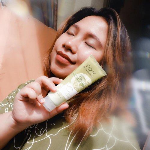 #Repost from Clozetter @reginapitupulu.  Hello! Ada skincare baru dari @pixycosmetics . Kali ini aku lagi pakai yang Pixy Glowssentials Pollution Off.   Series ini memiliki kandungan utama Kiwi yang mana bagus banget manfaatnya. Aku lagi pakai gel moisturizer dan clay scrub mask mereka.  🥝 Manfaatnya :  - Melembabkan kulit - Menjaga dari efek buruk polusi dan bakteri  Skincare mereka ini bisa digunakan untuk semua jenis kulit. Bahkan seperti kulit ku yang cenderung sensitif.   Aku sudah review di blog aku WWW.REGINAPIT.COM / Klik link di bio aku dan cari aja gambar Pixy ini ya 🥝  . .  . #reginapitcom  #Clozetteid #bloggermafia #sbybeautyblogger #beautiesquad #batak #bataknese #beautybloggerindonesia #PixyCosmetics #Pixyglowssentials #polutionoff #pixypollutionoff