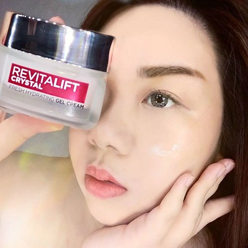 #Repost from Clozetter @Mgirl83.  Crystal clear skin? Yes we can! With L'Oreal Paris Revitalift Crystal Gel Cream!  I've been using (and loving) this new product from L'Oreal Paris in the past 2 weeks and i love how it makes my skin so bouncy and well moisturized with its lovely light gel texture. I was surprised at how deep moisturizing it is despite its light formula. I think the name crystal gel cream really perfectly describes the product!  L'Oreal Paris Revitalift Crystal Gel Cream contains pore minimaizing Salicylic Acid that can penetrates up to 10 layers deep for crystal clear skin all day long.   Its benefits includes : * Gives skin moisture replenishment for  24 hours hydration. * Improve skin texture with 17% refinement after just 5 minutes. * Oil control (-38% sebum reduction ). * Pore minimizing. * Keep skin radiant.  Totally enjoyed this product and if you're interested to give it a try, do it today as they are having 12% off at their official @shopee_id store (link at bio)!  @getthelookid  #reviewwithMindy #skincarereview #SbyBeautyBlogger #BeauteFemmeCommunity #clozetteid