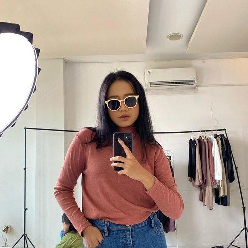 #Repost from Clozetter @auliarw.  All time favorit top dari @thenblank Rib Top Coral dengan kacamata belu di Jolies 18rb 😚  Background pici, yuk main yuk kakak pembina~  #clozetteid #ootd #thenblank