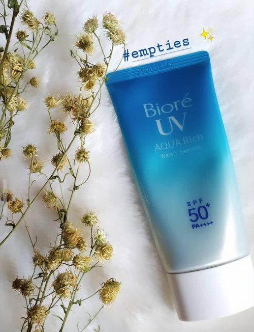 My #empties product. Kali ini empties product aku adalah Biore UV Aqua Rich😍 gak nyangka ternyata ini adalah botol ke 4 aku😍  Teksturnya watery dan cepet menyerap pas di apply, dan ringngan banget berasa gak pakai apa-apa. Yang paling penting SPF 50+ PA+++  Point utamanya gak ninggalin whitecast di wajah