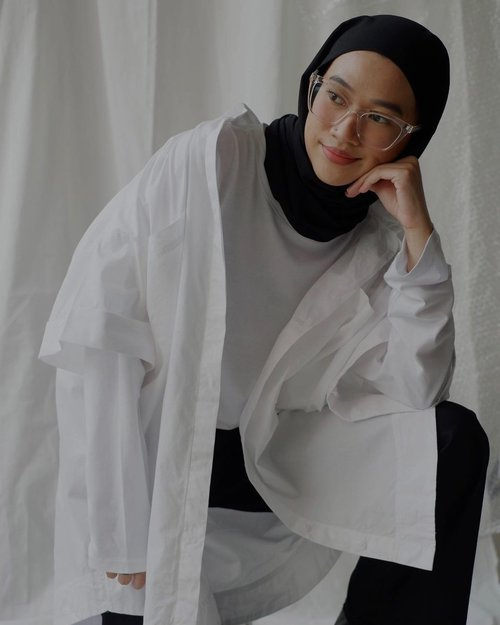 #Repost from Clozette Ambassador @karinaorin  Welcoming weekend y'all ✨ Vale Oversized Shirt from @daissy.id anniversary collection, details soon on my reels 🖤 - #karincoyootd #clozetteid