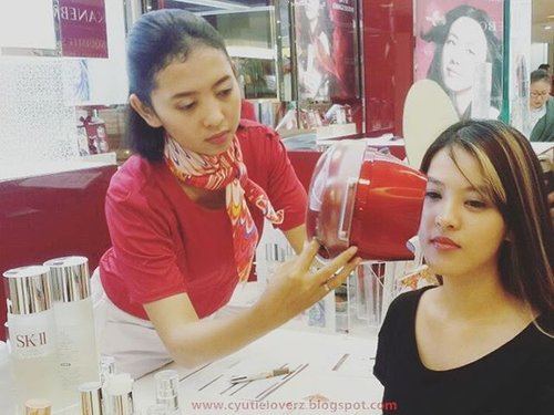 Long story short Review:  First Impression check face skin in @skii @seibu_ind Grandindonesia and the result is too bad, i get so worst result and prediction for future skin look but they let me know that my face also can get a better skin look if i take a good care of it and that day they gave me #FTE #FirstTreatmentEssence and i have try it for two weeks.  Then miracle is really Exist!! I have go to @mkglapiazza @skii counter again to check my skin and Walao!! The result is better than that day!! Skin age from 28y.o become 11y.o UNBELIEVEABLE!!! I know what do you want to say! I didnt believe it too 😂😂😂 it's too amazing right!! Iam hoping can get a chance to get the Full size one and used it for full empty one bottle because  i really want to have a healthy glowing crystal skin look.  #ClozetteID #FDxSKII  For all story u avaiable to read it on my blog LINK ON BIO  http://cyutieloverz.blogspot.co.id/2016/11/sk-ii-change-your-skin-destiny7.html?m=1