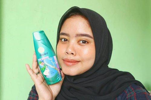 Berhijab bukan berarti ga merawat rambut. Justru yang berhijab lebih punya masalah rambut dan lebih extra untu di rawat.Aku cobain Rejoice Hijab Perfection 3 in 1 Shampoo sensasi sejuj dingin seketikanya enak banget wanginya tahan lama lagi.untuk review lebih lengkapnya cus ke blog aku. Tinggal klik link di bio aku.Happy reading#Kesempurnaanberhijan #rejoicehijabperfection #sesejukhijrahmu #hijab #hijabers #shampohijab #rejoice #shampoo #shampoo3in1 #rambut #perawatanrambut #beautynesia #clozetteid