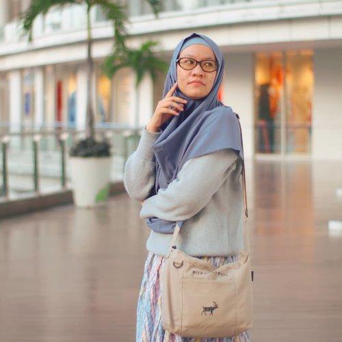 Rabu rasa wiken!Yang tim bangun pagi mana suaranya hari ini?Aku dong bangun pagi, buru-buru ke TPS biar setelah itu bisa bobo manjah.Ssttt... Jarinya blom ungu karena ini mah poto minggu lalu, dipotoin sama kang poto kece @amandatydes 👄 .....#clozetteid #hijabindokece #ootdindo #hijabersindonesia #ootdhijaberindo #ootdhijabindonesia #hijabtravellers #hijabtraveller  #keceberhijab #hijabers #hijabcetarz #hijabcantik
