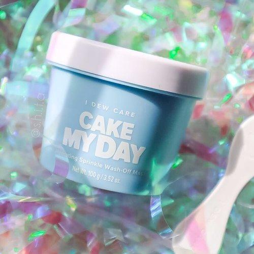 ✨𝑰 𝑫𝑬𝑾 𝑪𝑨𝑹𝑬✨ 𝑪𝒂𝒌𝒆 𝑴𝒚 𝑫𝒂𝒚 𝑯𝒚𝒅𝒓𝒂𝒕𝒊𝒏𝒈 𝑺𝒑𝒓𝒊𝒏𝒌𝒍𝒆 𝑾𝒂𝒔𝒉-𝑶𝒇𝒇 𝑴𝒂𝒔𝒌 @idewcare   Seneng banget bisa cobain ini karena I Dew Care adalah salah satu brand yang Vegan dan Cruelty Free! Wash-off Mask yang aku coba yang Hydrating Sprinkle ini mengandung glycerin, glacier water, squalene dan hyaluronic acid. Masker ini berfungsi untuk : -refresh -hydrate -nourish  -plump skin Dari packagingnya udah gemes banget kan? Jar plastik berwarna biru ala-ala cupcake gitu. Untuk teksturnya creamy kaya whipping cream dengan ada sprinkle yang bisa hancur kalo kita penyet(?) dan baunya bau vanilla ice cream dong! oiya wash off mask ini gak kering ya, jadi mau selama 15 menit pakai tetep basah~ Nah karena itu jadi gampang banget buat bersihinnya.  Setelah pakai masker ini kulitku emang jadi plumpy dan terhidrasi dong. Yang paling aku suka baunya yang mirip eskirm vanila huhu  Kalian kalo mau jajan ini bisa beli di @yesstyle pakai kode aku YESSHI101 dan kalian bakal dapat diskon tambahan~ linknya ada di bio aku ya~ happy shopping 💜  @idewcare @yesstyle #yesstyle #yesstylereview #idewcare #reviewidewcare #skincare