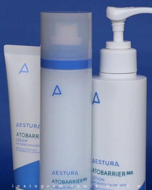 ✨𝑨𝑬𝑺𝑻𝑼𝑹𝑨 𝑨𝑻𝑶𝑩𝑨𝑹𝑹𝑰𝑬𝑹 365✨Masih pada asingkah sama satu brand ini? Jadi, brand Aestura ini ada dibawah company Amore Pacific (Sulhwasoo, Laneige, Mamonde, HERA, IOPE, dsb)Nah aku berkesempatan nyobain skincare @aestura.official berkat @nearndear.official ! Thanku so much♥️Skincare yang aku dapetin adalah line ATOBARRIER 365. Yang mana lebih fokus untuk skin barrier. 📌𝑪𝒓𝒆𝒂𝒎 𝑴𝒊𝒔𝒕Mist ini mengandung Ceramide yang tinggi sehingga dapat membantu memperbaiki kulit yang rusak dan menahan kelembaban di kulit dalam waktu yang lama. Packaging mist ini botol plastik dengan spray yang super lembut banget! Gak ada deh namanya muka becek basah karena nyemprot mist! Halus banget spraynya. Untuk isinya 120 ml. Nah untuk teksturnya cair milky dengan bau yang samar banget hampir gak kecium. Cream Mist ini setelah di aplikasikan ke wajah jadi langsung lembab. Sayangnya aku gak begitu suka sama hasilnya yang lumayan greasy sih di kulitku...📌𝑳𝒐𝒕𝒊𝒐𝒏Lotion ini mengandung DermaON®️ Soft Capsule dan phytosphingosine. super melembabkan, Lotion ini dapat memperkuat skin barrier. Packagingnya botol pump dengan isi 150 ml. Botolnya berwarna putih yang sayang sekali jadi gak bisa lihat isi dalamnya tinggal seberapa. Teksturnya lotion yang ringan dan gampang diblend dimukaku dan gak bikin lengket sama sekali. Baunya samar seperti produk yang no fragrance (i like it). Lotion ini ternyata dapat digunakan di wajah dan tubuh loh! 2 in 1 banget kan.(lanjut kolom komentar)
