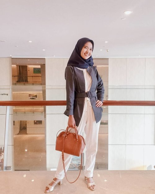 """Good outfit can really make your day. If I wear something i look good in, my mood just goes way up."".Happy Sundayyy🌼 .........#ootd #ootdhijab #fashionstyle #instaootd #fashionblogger #ootdhijaberindo #ootdhijabindo #hijabstyle #blazer @berrybenka #setterspace #clozetteid"