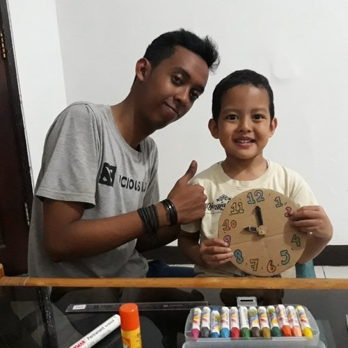 Making a toy clock of a cardboard with Daddy. Our son love crafting and it'll be a good bonding time for them❤