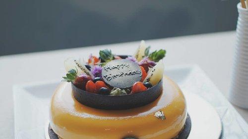 Júzi from @tortens_biteandtaste @anatasalonbdg for our #bdgbb2ndanniv #bdgbbsummerparty Mango, lemon and peach mousse with orange, spikoek fraisier, chocolate sable and mirror glaze 😋#vsco #clozetteid