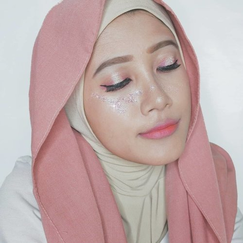 Akhirnya sempet juga ikutan collab terakhir tahun ini bareng @beautiesquad ❤Makeup Look ini terinspirasi dari menyambut akhir tahun yang penuh warna warni, identik dengan blink-blink lampu natal dan fireworks tahun baru 🎆-🌟 Deets 🌟@moonshot_idn Multi Protection Tinted Moist@thefaceshop.official Ink Lasting Foundation & Designing Eyebrow Pencil@makeoverid Eyebrow Definition Kit@aritaum_official Full Cover Liquid Concealer@etudehouseofficial Play Color Eyes - Cherry Blossom@altheakorea Spotlight Eye Glitter - Pink Light@peripera_official Ink Airy Velvet - Elf Light Rose &  Ink Velvet - Dollish Rose Beige@maybelline Hypersharp Liner & Master Chrome Metallic Highlighter - Molten Rose Gold-Cek juga inspirasi blink-blink make up lainnya dari @ayanapunya ya🌞-🎄 Happy holiday folks! 🎄#Beautiesquad #BSDesemberCollab #BSCollab #BSBlinkMakeUpCollab#vsco #clozetteid #beautyblogger #beautyjunkie #beautyenthusiast #makeupjunkie #holidaymakeup #wintermakeup #glittermakeup