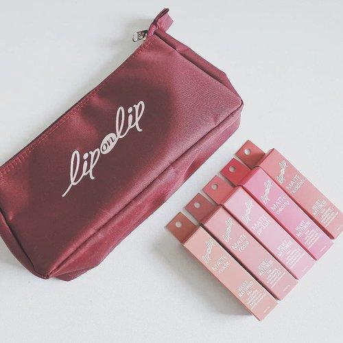 """<div class=""""photoCaption"""">Ada review dan swatches baru nih di blog, 5 shade cantik dari @liponlip_id Velvet Matteness Lipstick!<br /> Bermain aman di range warna-warna pink & red, classic bullet lipstick dari Lip On Lip ini cocok untuk hampir semua jenis skintone. Selain itu formulanya super smooth & nggak bikin bibir kering.<br /> Harganya? Terjangkau banget! Cek review lengkapnya di blog ya! Link ada di bio ❤🥤  <a class=""""pink-url"""" target=""""_blank"""" href=""""http://m.id.clozette.co/search/query?term=vsco&siteseach=Submit"""">#vsco</a>  <a class=""""pink-url"""" target=""""_blank"""" href=""""http://m.id.clozette.co/search/query?term=clozetteid&siteseach=Submit"""">#clozetteid</a>  <a class=""""pink-url"""" target=""""_blank"""" href=""""http://m.id.clozette.co/search/query?term=lipstick&siteseach=Submit"""">#lipstick</a>  <a class=""""pink-url"""" target=""""_blank"""" href=""""http://m.id.clozette.co/search/query?term=lipstickjunkie&siteseach=Submit"""">#lipstickjunkie</a>  <a class=""""pink-url"""" target=""""_blank"""" href=""""http://m.id.clozette.co/search/query?term=makeupjunkie&siteseach=Submit"""">#makeupjunkie</a>  <a class=""""pink-url"""" target=""""_blank"""" href=""""http://m.id.clozette.co/search/query?term=beautyjunkie&siteseach=Submit"""">#beautyjunkie</a>  <a class=""""pink-url"""" target=""""_blank"""" href=""""http://m.id.clozette.co/search/query?term=beautyenthusiast&siteseach=Submit"""">#beautyenthusiast</a>  <a class=""""pink-url"""" target=""""_blank"""" href=""""http://m.id.clozette.co/search/query?term=beautyblogger&siteseach=Submit"""">#beautyblogger</a>  <a class=""""pink-url"""" target=""""_blank"""" href=""""http://m.id.clozette.co/search/query?term=makeup&siteseach=Submit"""">#makeup</a>  <a class=""""pink-url"""" target=""""_blank"""" href=""""http://m.id.clozette.co/search/query?term=makeupreview&siteseach=Submit"""">#makeupreview</a></div>"""