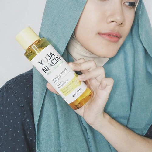 🍋 @somebymi Yuja Niacin 30 Days Brightening Toner 🍋.⬅️ Swipe to see the result! ⬅️ My skin concerns are dryness, dull, and tired-looking skin. There's also some uneven skintones & due to cold weather, my skin barrier is getting weaker.9I've tried Yuja Niacin Brightening Toner for 2 weeks and the result is already visible. To be noted, i used this toner with moisturizer and facial wash without any brightening ingredient..Yuja Niacin Brightening Toner is formulated with 900,000ppm of Yuja Extract and 5% Niacinamide.The texture is watery, color is slightly yellow, and absorbs pretty quickly on skin. I love light texture like this because it'll be good for layering skincare.Just swipe to see the details on the texture.This toner also smells nice and refreshing, like freshly squeezed orange juice!.Just like another toner, pour some amount on your palm or on a cotton pad, spread evenly, then pat gently until absorbed nicely on the skin..Is it pretty powerful? Does it stings on my skin? The answer is no! This toner is very gentle and there's no such reaction.As you can see on the result photo, my skin looks clearer and brighter. I love how my skin appears healthier then before. Skin texture under my eyes also became smoother.Overall, i really like how Some By Mi Yuja Niacin 30 Days Brightening Toner fix my skin. I also love the light consistency and smell which is very refreshing 💛.#somebymi #somebymiracle #somebyskincare #skincare #yujaserum #serum #ampoule #vitaminserum #glowserum #niacin #blemish #whitening #brightening #glowskin #koreancosmetics #asianbeauty #koreanskincare #kbeauty #premiumcosmetics #yooksungjae #naturalcosmetics #review#clozetteid #kbeautyenthusiast
